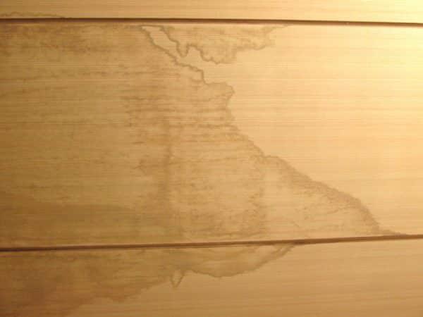 天井に雨漏り染みがある。外壁塗装でなおる?