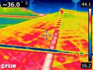 夏の13時30分の屋根塗装面の温度は・・・