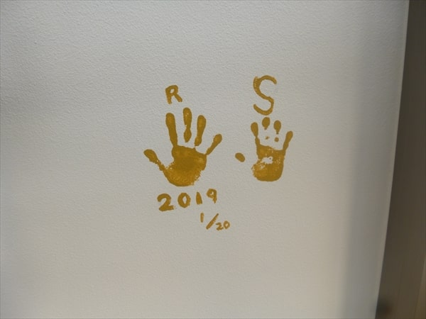 お子様の手形を外壁に押印