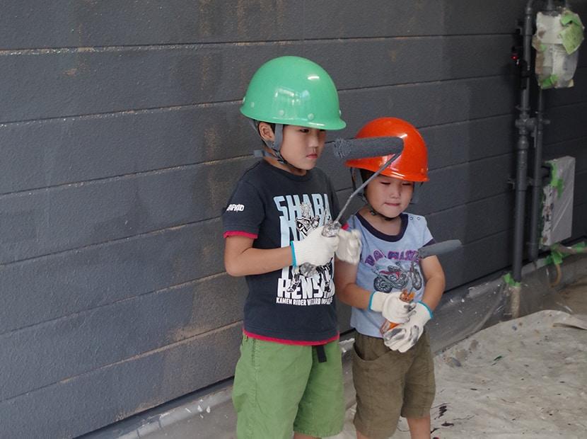 ローラーを持つヘルメット姿の子供