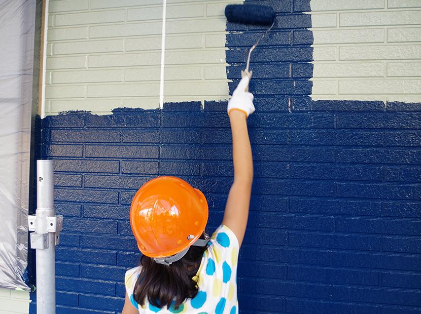 少女と外壁塗装