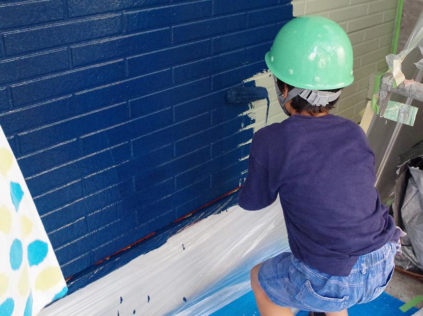 外壁塗装をする男の子