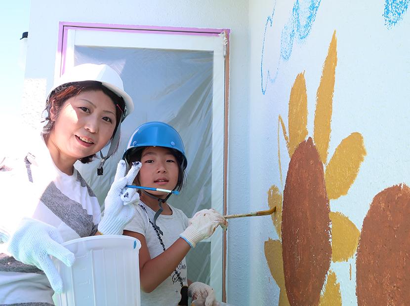 外壁にママと娘のお絵描き