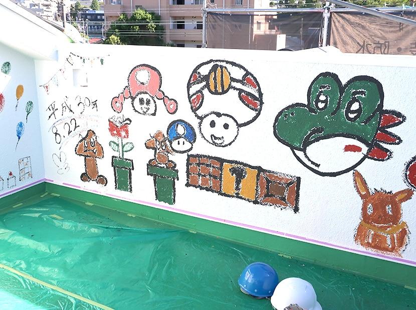 外壁に描いた華やかなキャラクター
