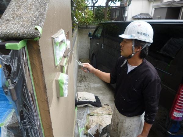壁の調色と養生の技を見せる一級塗装技能士の竹山です。