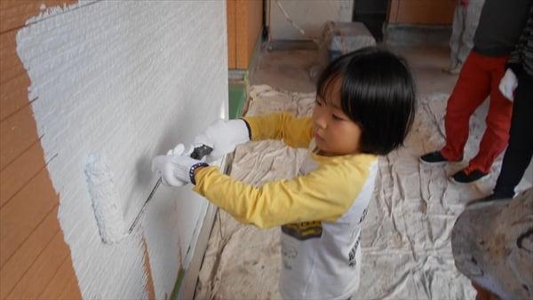 家族でガレージの壁に塗装体験!