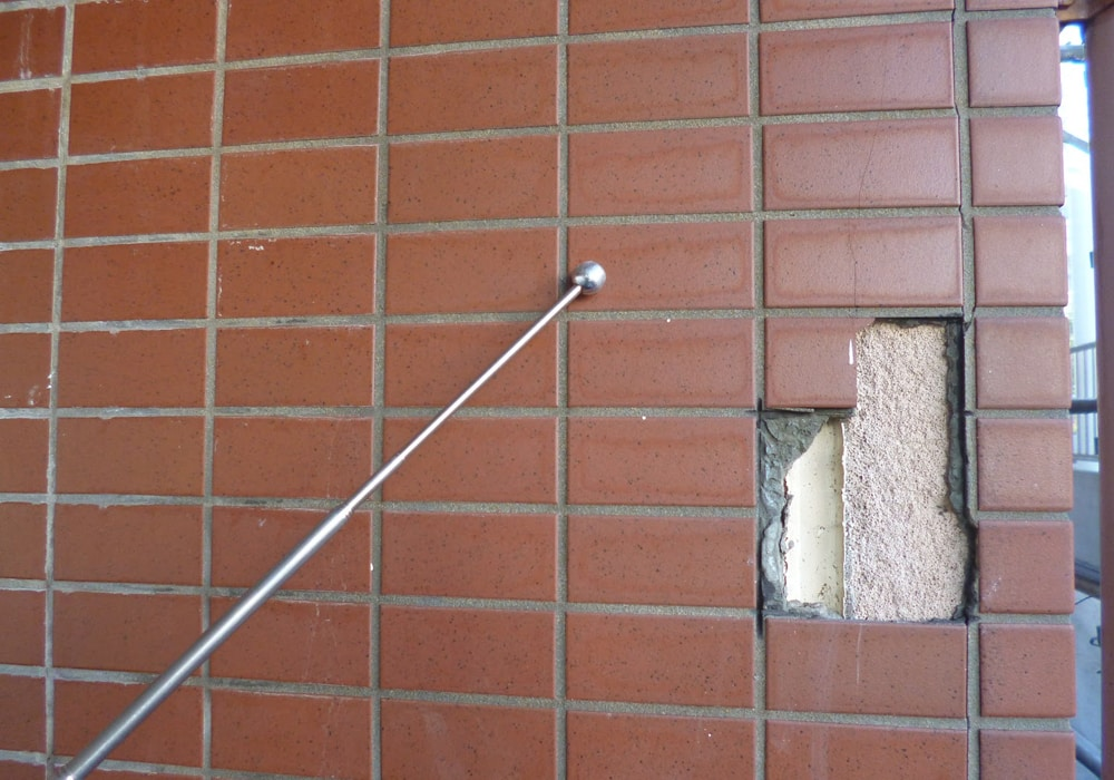 外壁タイルと打診棒