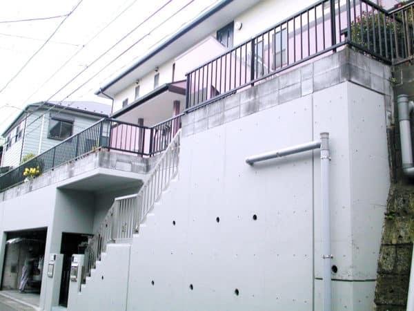 サイディング外壁1階と2階の塗り分けとガレージの擁壁塗装
