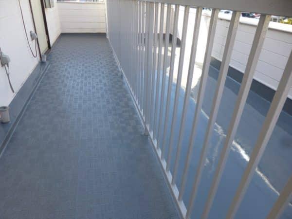 錆びた階段と傷んだ廊下を塩ビシートで美しく