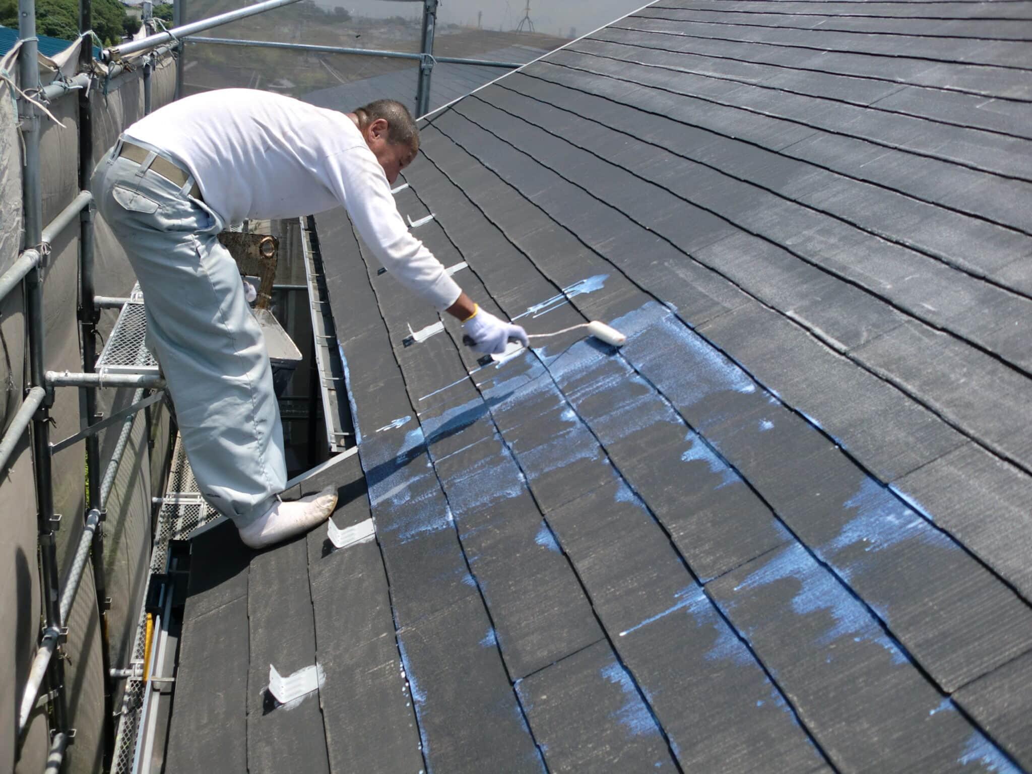 スレート屋根断熱塗装のシーラー下塗り