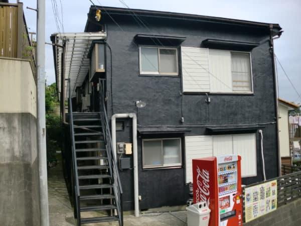 空き室対策に。古いアパートを高級イメージな黒色に塗装しました