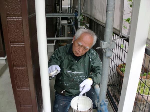 うすい色の外壁から濃いチョコレート色の塗装は透けやすい