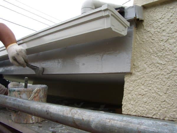 破風板と軒裏の腐食から塗装と大工修理で復活しました