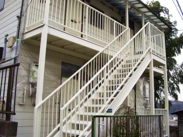 錆びたアパートの階段が塗装で新築風によみがえる