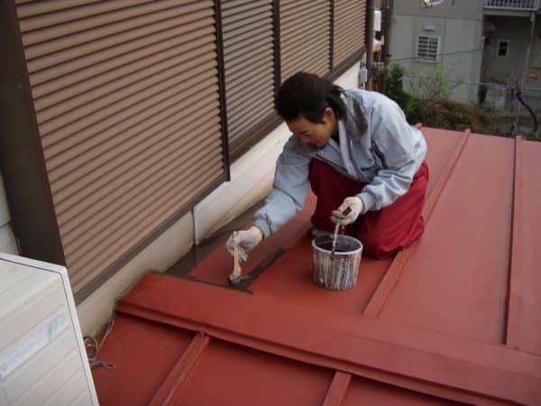 足場を組まずにハシゴでトタン屋根や庇、鉄部の塗装
