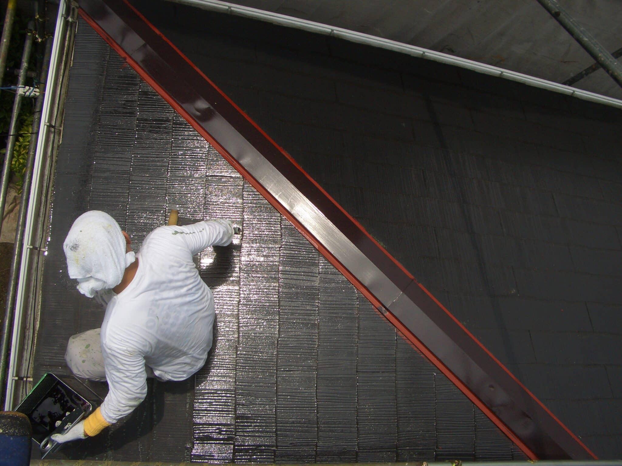 下屋根で塗装の職人