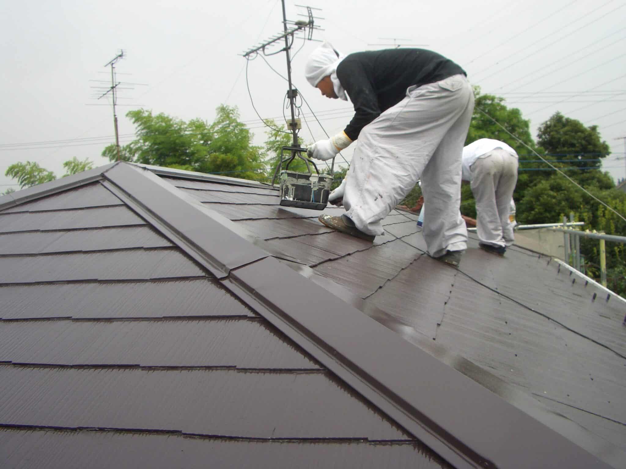 屋根の上で作業する職人