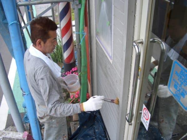 ご自宅兼店舗の3階建ての家 薄い色から濃い色で外壁が透けないように一級塗装技能士が塗る