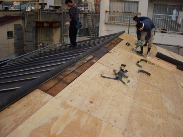 雨漏りしていたトタン屋根を錆びにくい金属屋根に葺き替え