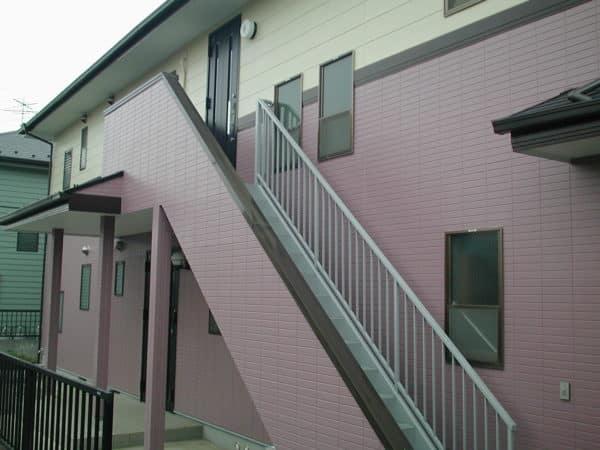 外壁サイディングの2色の色分け塗装とコンクリート打ちっぱなしの擁壁塗装