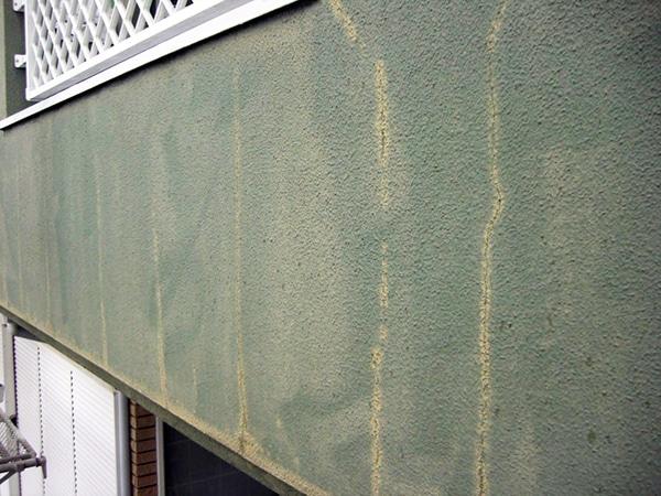 クラック多数の外壁補修とコケが目立つ屋根の塗装で新築風に戻る家