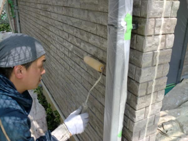 レンガ調の外壁の風合いを生かすために、ピュアロイドUVプロテクトクリヤーでの塗装