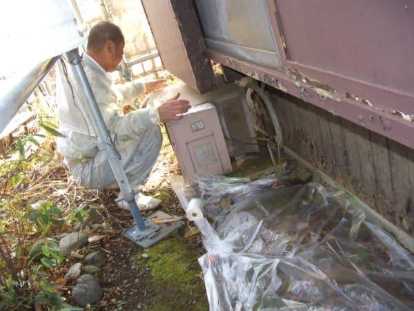 長年の傷みの板張り外壁を徹底的に補修しながらの塗装