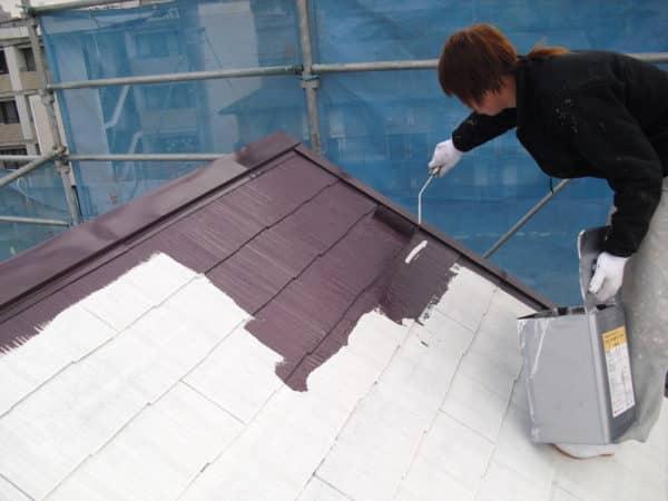 砂骨ローラーで模様をつけるモルタル外壁塗装と屋根サーモアイ遮熱塗装