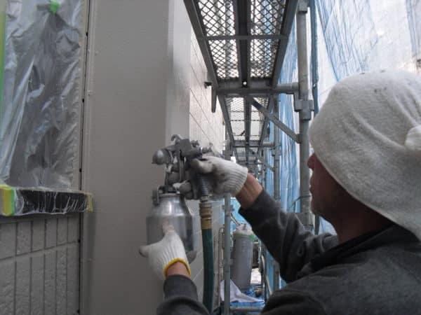 サイディングの凹凸が深いので塗り残しに気を付け、屋根はサーモアイ遮熱塗装