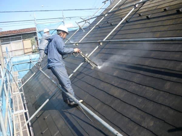 住宅雑誌のモデルに掲載された大きなお家のサイディングとコロニアル屋根を一級塗装技能士たちが塗り替え
