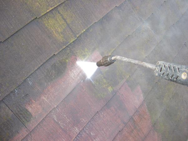 カビに覆われたスレート屋根 薬剤で洗浄しモルタル外壁とともにキレイに塗装完成です。