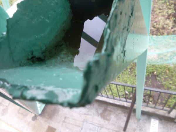 恐怖!鉄骨階段の支柱から噴き出してきたありえないものとは…