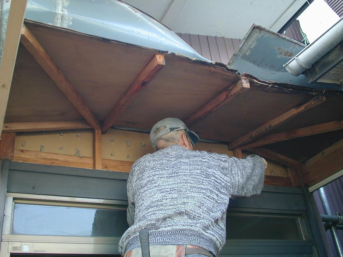 大工が玄関ポーチを修理