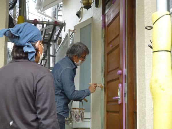 お客様宅の木製玄関ドア塗りをレクチャーさせて頂きました