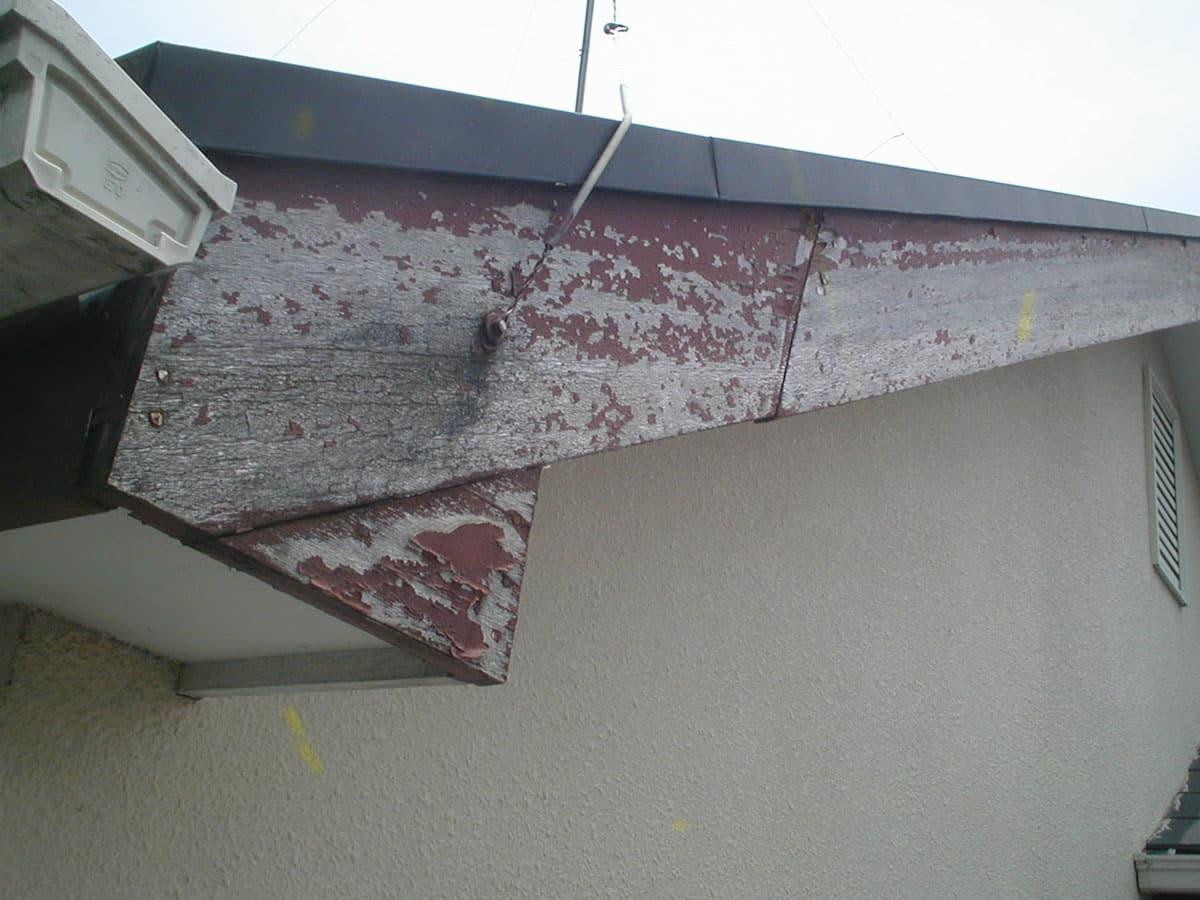 破風木部の塗装のはがれ