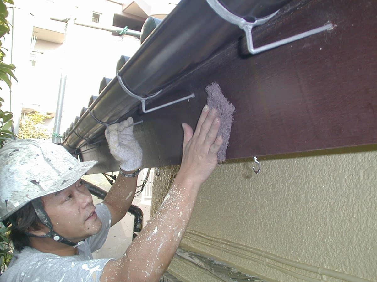 破風板(鼻隠し)を研磨して塗料の密着性を高める