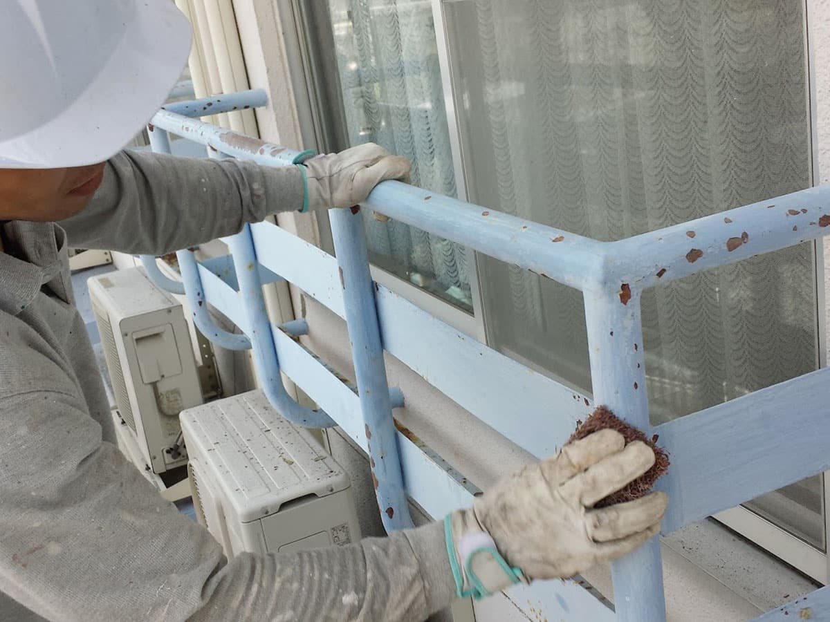 マンション鉄製窓手すりをマジックロンにてケレン