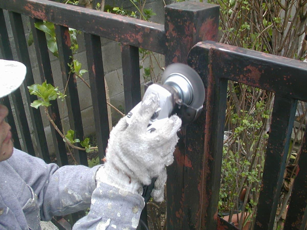 ディスクグラインダーでお隣境界フェンスのケレン