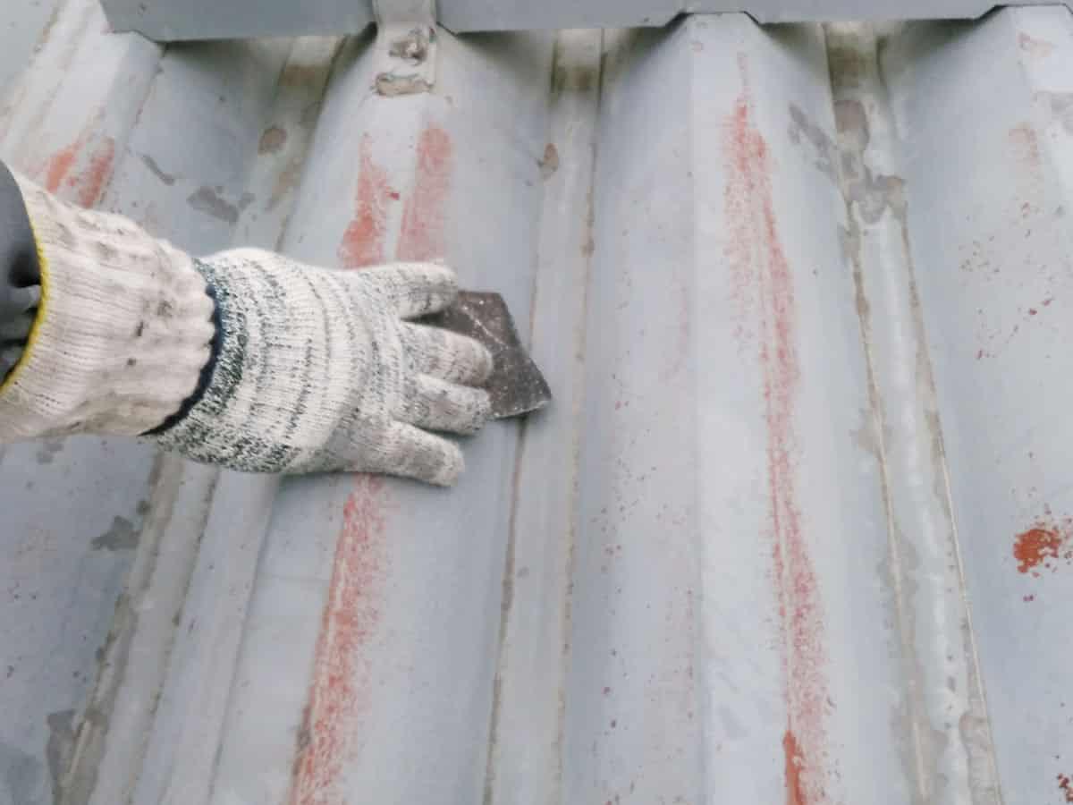 スコッチブライトによる折板屋根のケレン