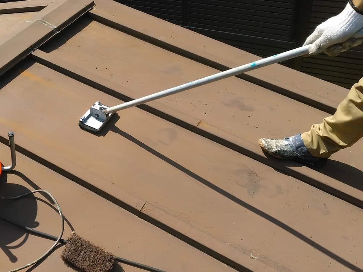 マジックロンによるトタン屋根のケレン