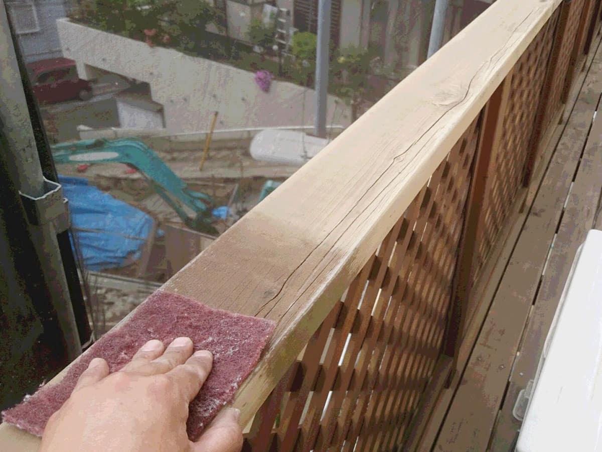 スコッチブライトでの木製デッキの研磨