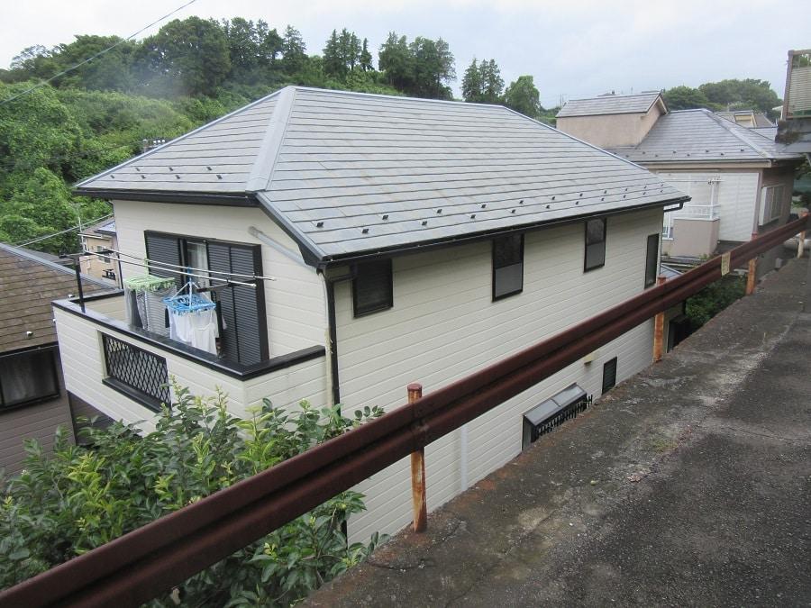 高台から見る家の屋根