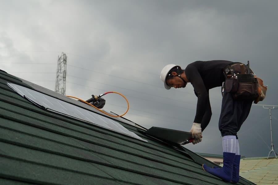 屋根工事をする職人