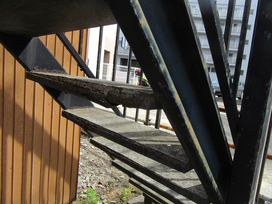 錆びた鉄階段
