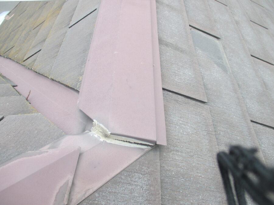 棟板金のコーキングのひび割れ