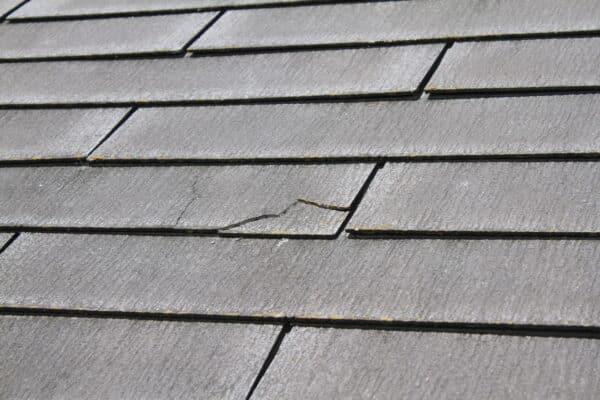 とても危うい屋根の応急処置を無料で行う業者