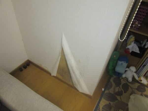 壁の雨染みの大きさで判断する雨漏りサイン