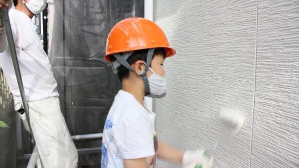 家族4人が自宅の塗装体験で思い出と記念に